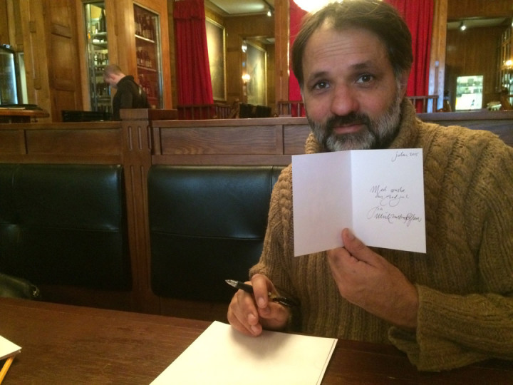 Ulrik signerer julegavekort!